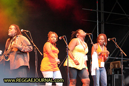 Dean Fraser with background singers 2008-08-09 Reggae Sundance, E3 strand, Eersel, Holland