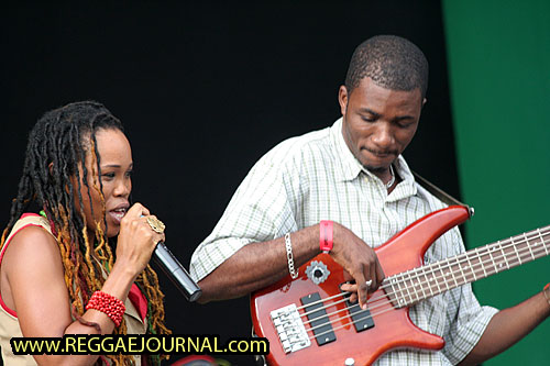 Queen Ifrica with bass guitar player 2008-08-10 Reggae Sundance, E3 strand, Eersel, Holland